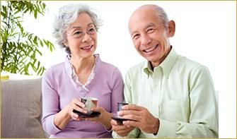 画像:おいしいお茶を飲んでいる老夫婦